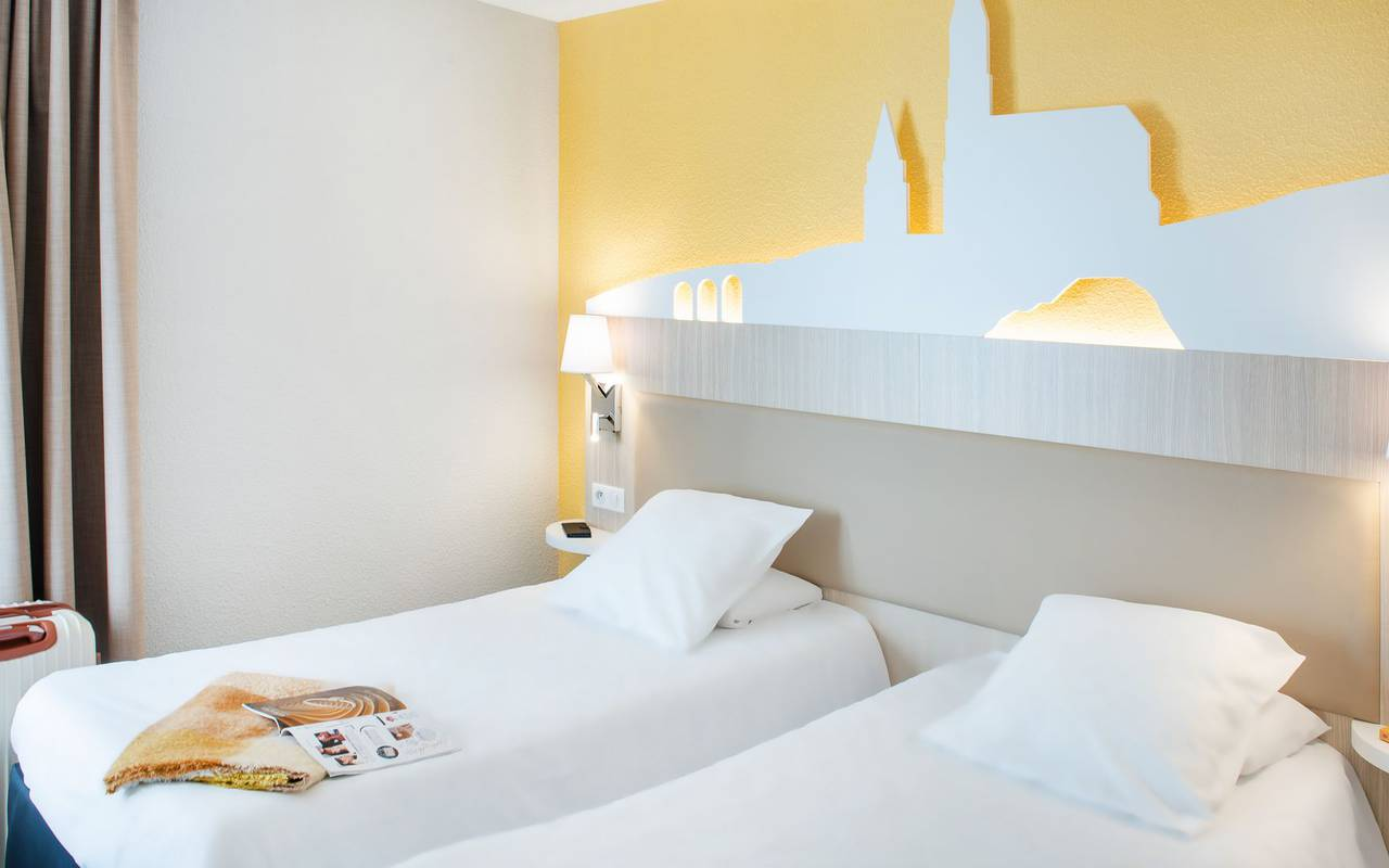 Twin room with two single beds, hotel restaurant pyrenees, Hotel Saint-Sauveur