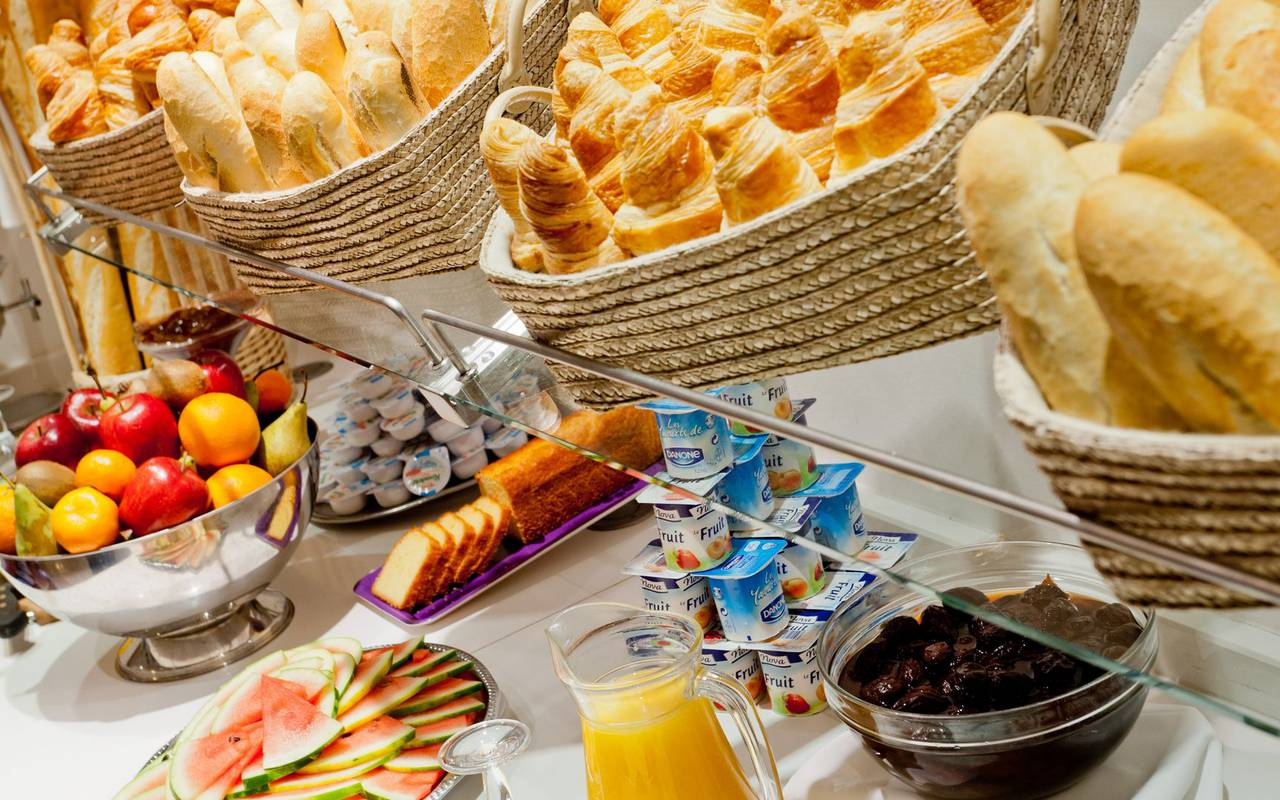 Breakfast buffet with fresh and delicious products like croissants, fruits, yoghurts and breads, restaurants in lourdes france, Hotel Saint-Sauveur.