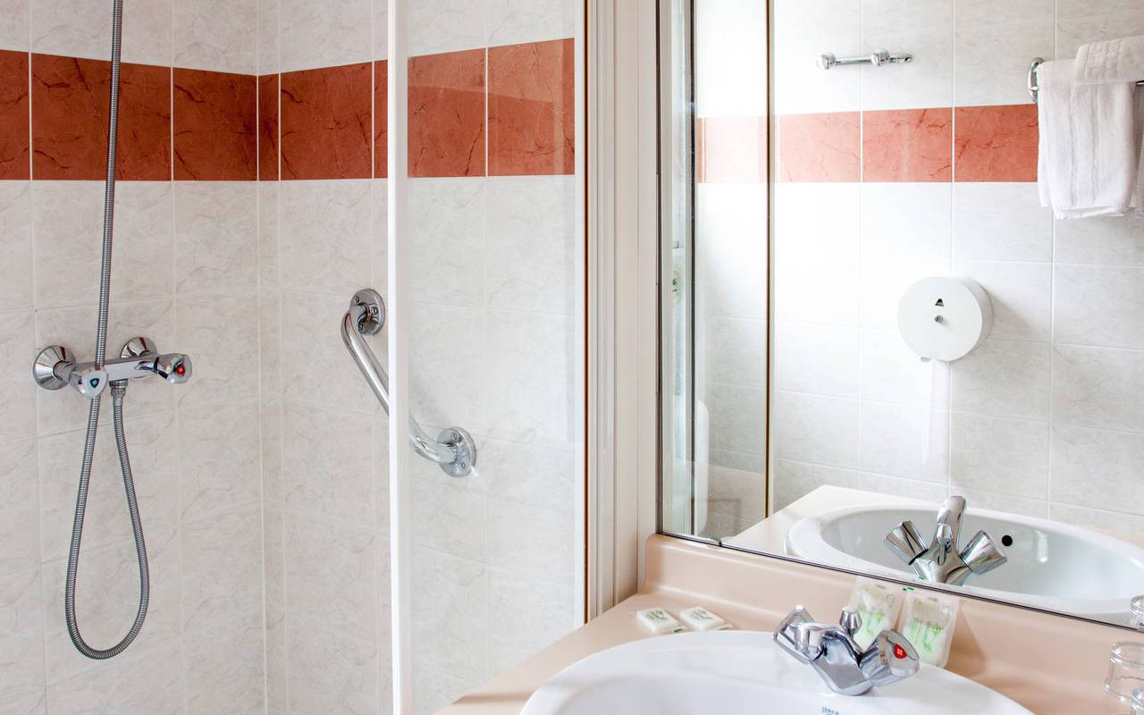 Bathroom with shower in the double room, hotel occitanie, Hotel Saint-Sauveur.