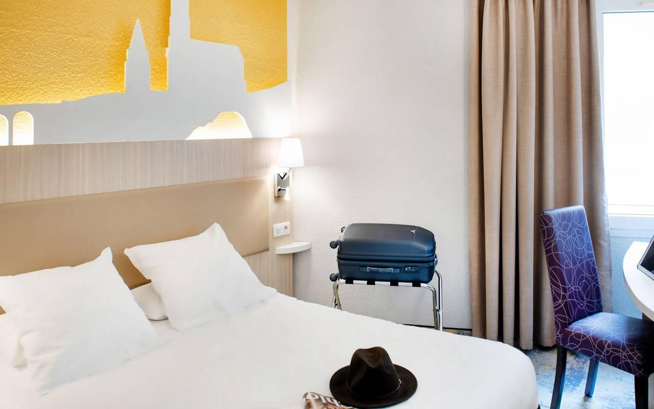 Chambre lumineuse avec lit double, un bureau avec tablette, hotel lourdes proche sanctuaire, Hôtel Saint-Sauveur.
