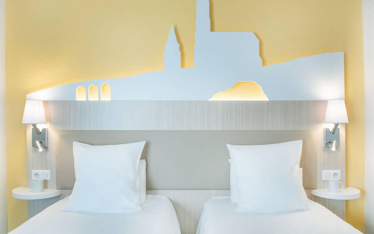 chambre bien équipée avec 2 lits simples, hebergement lourdes, Hôtel Saint-Sauveur.