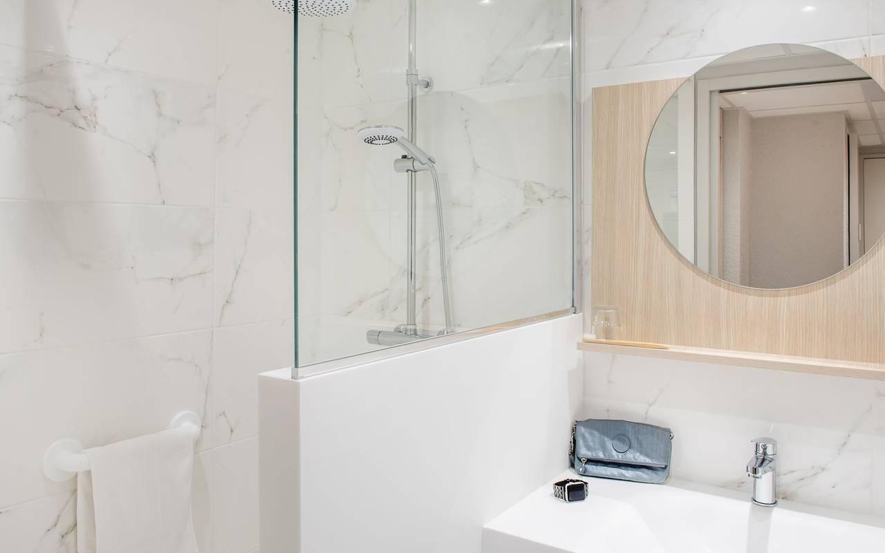 chambre avec deux lits simples et une décoration moderne, hotel lourdes avec parking, Hôtel Saint-Sauveur