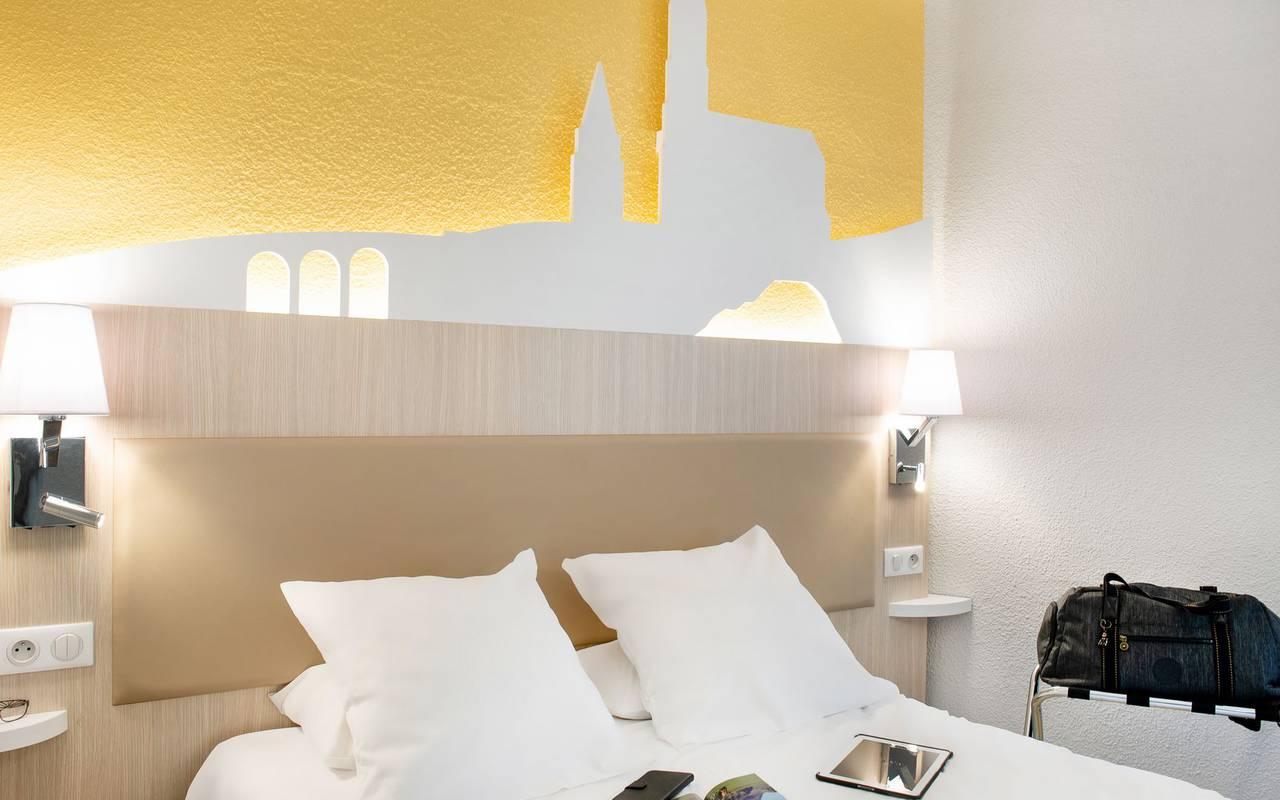 Chambre bien équipée et moderne avec lit double, hotel basilique lourdes, Hôtel Saint-Sauveur.