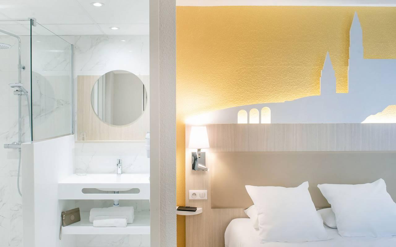 Chambre double avec salle de bain bien équipée, hotel lourdes avec parking, Hôtel Saint-Sauveur.