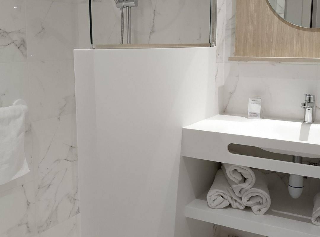 Salle de bain avec douche et serviettes de la chambre triple, hotel lourdes avec parking, Hôtel Saint-Sauveur.