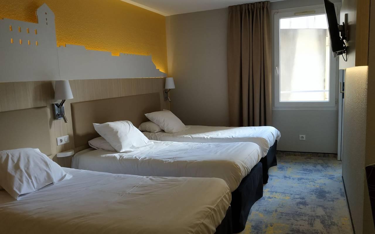 Chambre triple bien équipée avec 3 lits simples et une télévision, hotel lourdes avec parking, Hôtel Saint-Sauveur.
