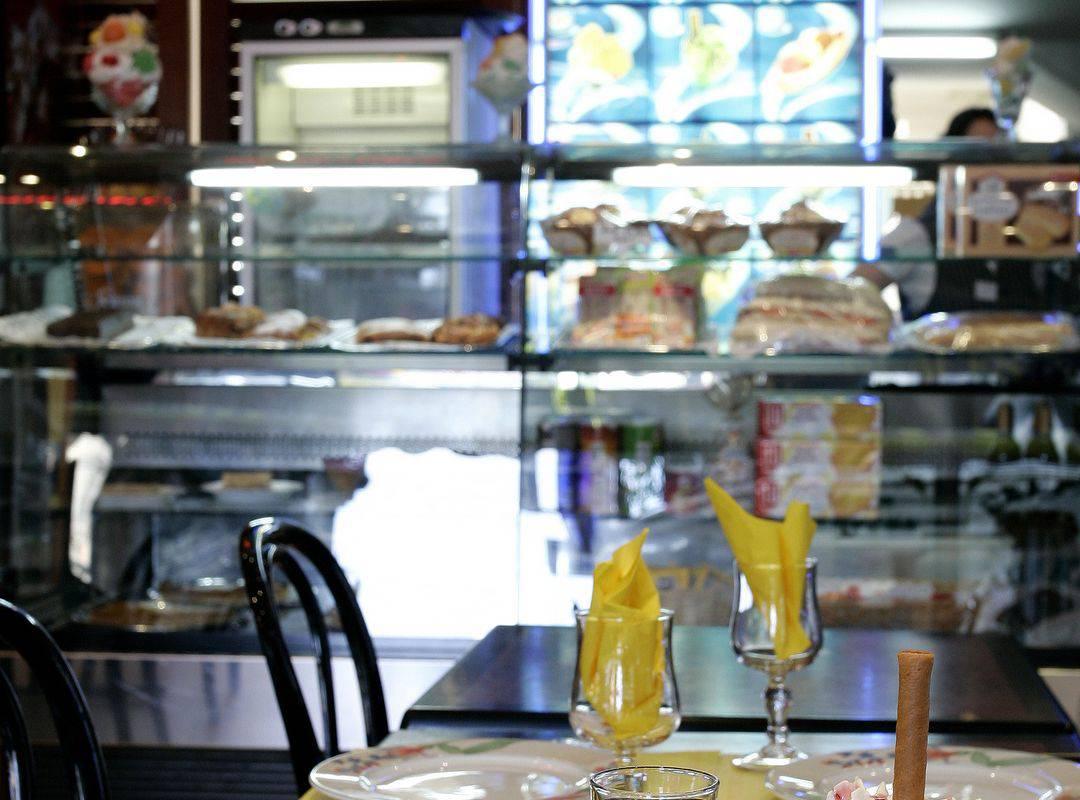 Repas au restaurant accompagné de deux desserts avec glace et chantilly et une crêpe au chocolat, restaurant lourdes, Hôtel Saint-Sauveur.