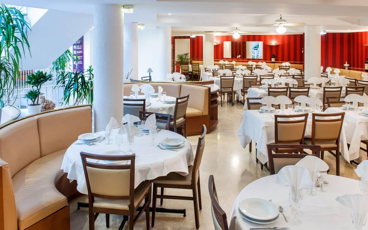 Tables dressées du restaurant avec banquettes ou chaises, restaurant lourdes, Hôtel Saint-Sauveur.