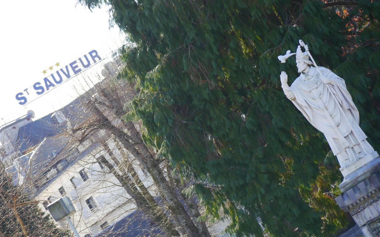 Vue sur une statue et sur l'hôtel en arrière plan, hotel restaurant pyrenees, Hôtel Saint-Sauveur.