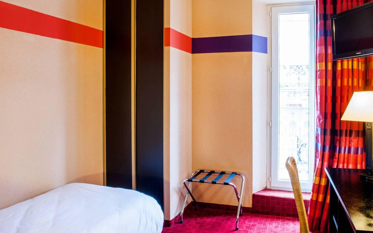 Chambre individuelle avec un bureau, une armoire et une grande fenêtre, hebergement occitanie, Hôtel Saint-Sauveur.