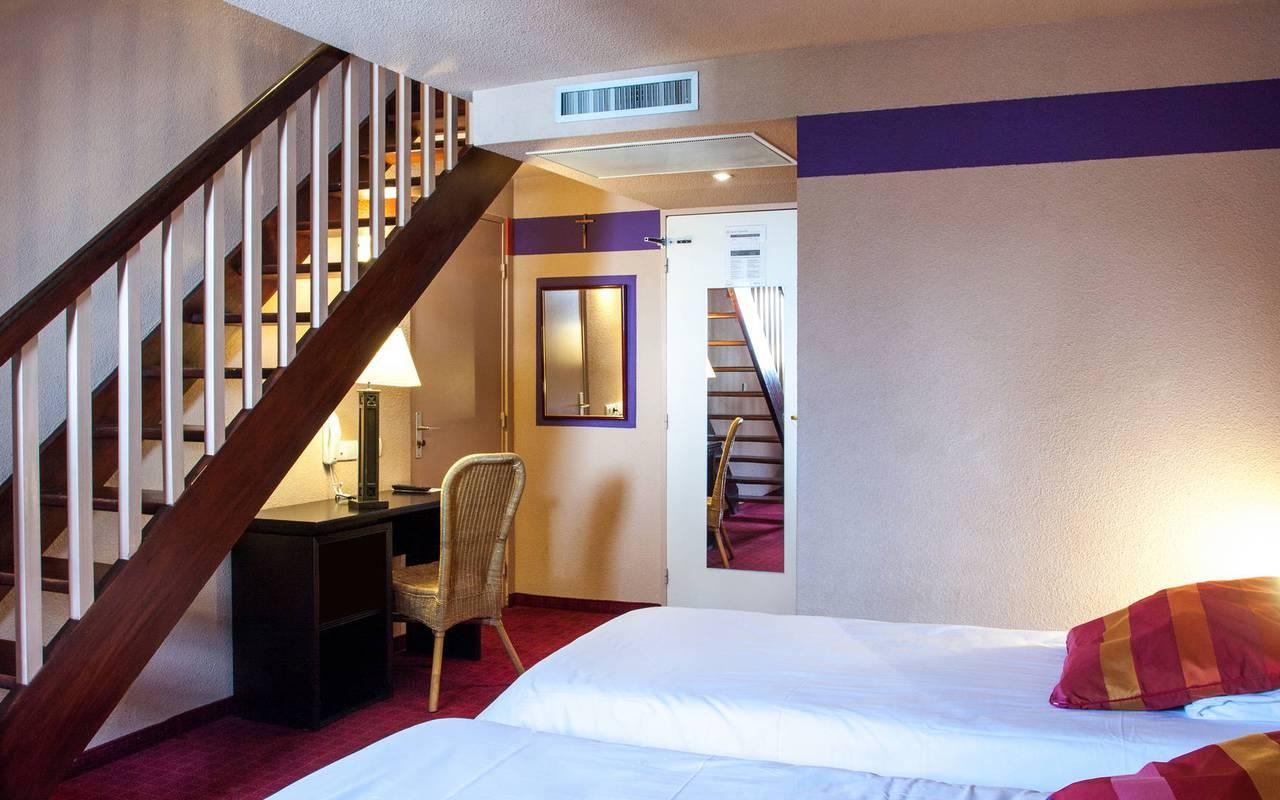 Chambre Duplex avec deux lits simples au rez-de-chaussée et un escalier, hébergement hautes pyrénées, Hôtel Saint-Sauveur.
