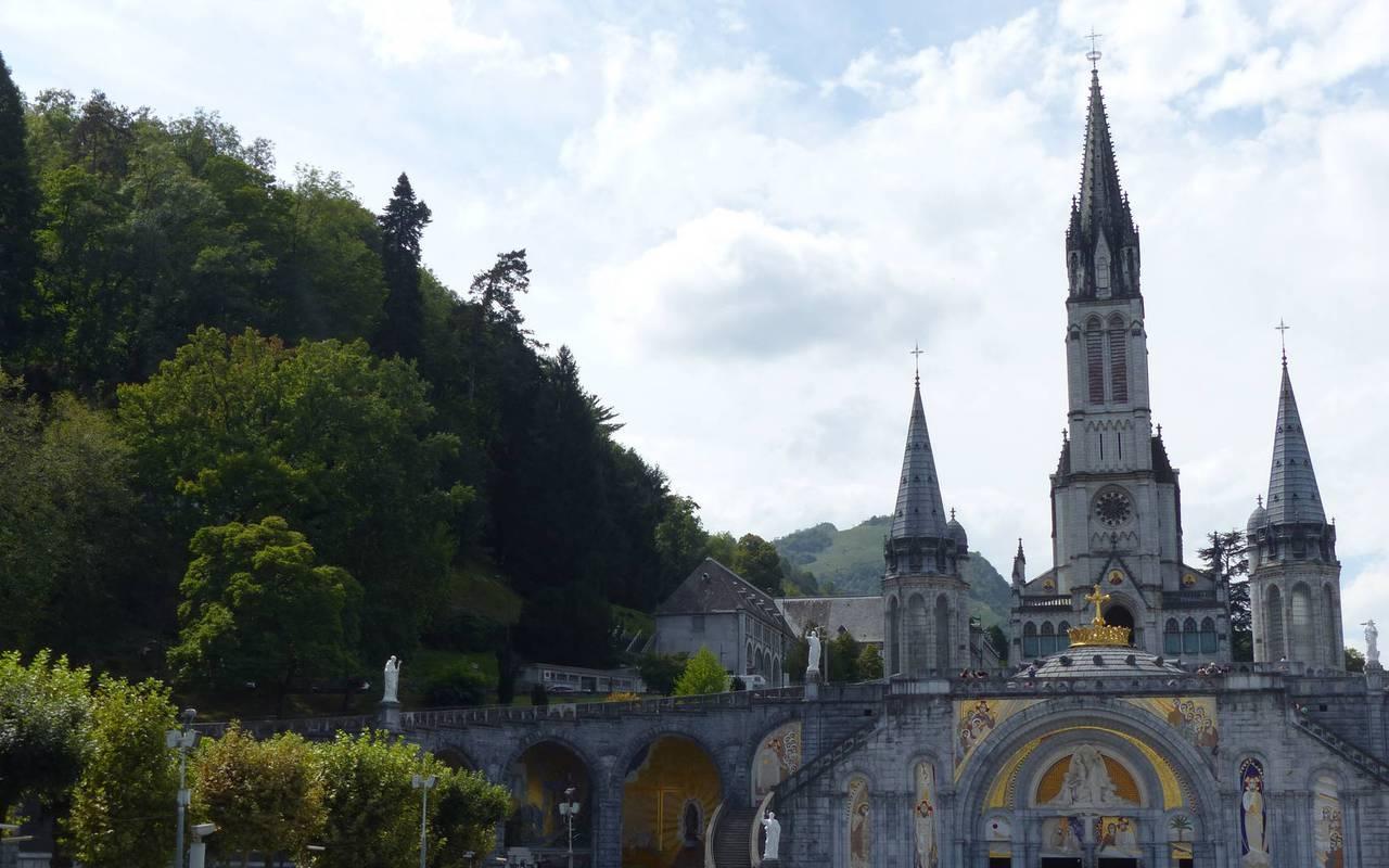 Magnifique Sanctuaire de Lourdes vue de l'extérieur, hotel restaurant pyrenees, Hôtel Saint-Sauveur.